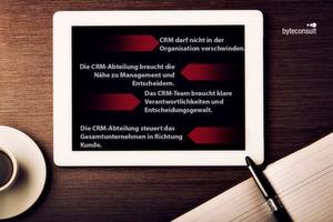 Die Take-aways des Artikels für Sie zusammengefasst: CRM darf nicht als Funktion in der Organisation verschwinden, sondern braucht die Nähe zu Management und Entscheidern. Das CRM-Team braucht klare Verantwortlichkeiten und Entscheidungsgewalt. Die CRM-Abteilung steuert das Gesamtunternehmen in Richtung Kunde.