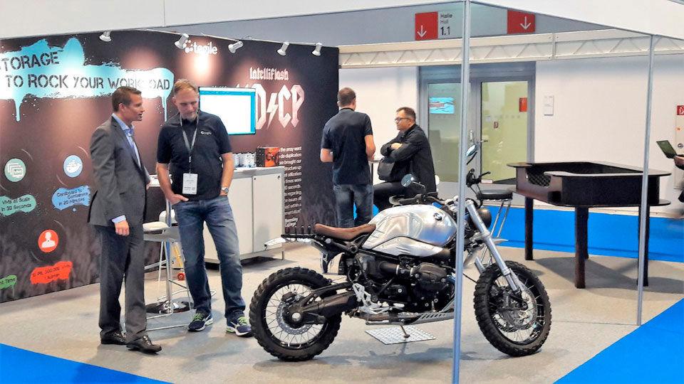 Intelliflash & Co. machten mit einem Rocker-Logo à la AC/DC und einem Motorrad auf sich aufmerksam.