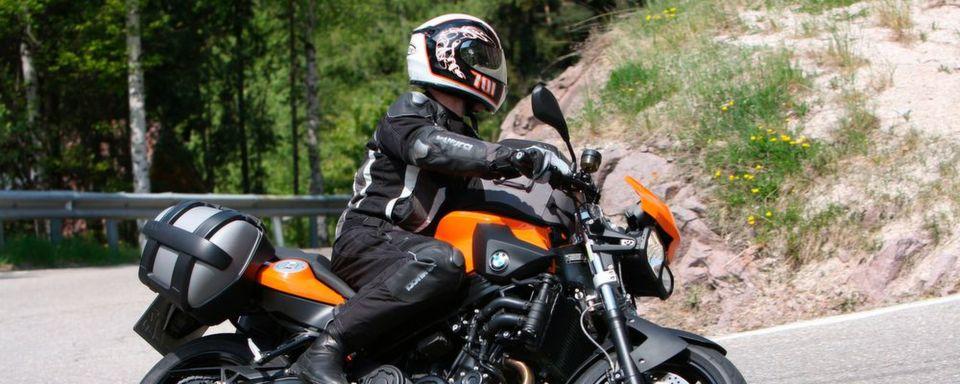 Der ADAC weist darauf hin, dass in Frankreich seit dem 20. November 2016 für Motorradfahrer Handschupflicht besteht.