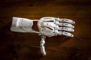 Eine Hand aus dem 3D-Drucker? So könnte schon bald die Zukunft der deutschen Wirtschaft aussehen. Denn 3D-Druck, Virtual Reality und CO. ermöglichen eine flexiblere und kostengünstigere Produktion.
