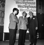 Mitarbeiter der Firma Westinghouse Electric vor ihrem Stand (1967).