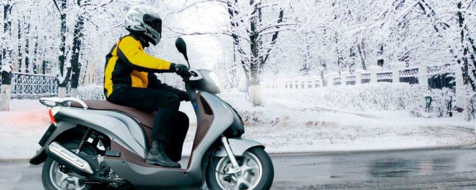 Auch wenn Schneechaos und Glätte noch weit weg erscheinen: Winterreifen sorgen schon bei niedrigen Plusgraden für mehr Sicherheit auf zwei Rädern.