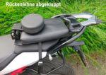 Zum besseren Aufsteigen auf das Motorrad kann die Rückenlehne umgeklappt werden.