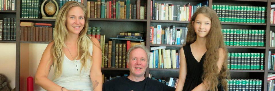 Monty Widenius zwischen seinen Töchtern My (links) und Maria, den Namensgeberinnen für zwei Open-Source-Datenbanken.