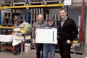 Gratulierten Giuseppe Laratta (Mitte) zu seinem 25-jährigen Arbeitsjubiläum: die Jung-Geschäftsführer Karl-Heinz Jung (links) und Thomas Würthele.Bild: Jung