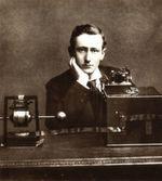 """Unter widrigen Umständen, um 12.30 Uhr Ortszeit, wartete Guglielmo Marconi in einem ausgedienten Fieber- und Diphterie-Hospital auf eine Nachricht aus dem Äther. Die Anlage im neufundländi-schen St. Johns war kurzerhand in eine Empfangsstation umfunktioniert worden, die auf einem Hügel gelegen war, der den fast schon prophetischen Namen """"Signal Hill' trug. Über 3500 km entfernt, in einer eigens zu diesem Zweck geschaffenen Funkanlage im britischen Poldhu, machten sich Angestellte der Wireless Telegraph and Signal Co. erstmals daran, eine kurze Botschaft über den Atlantik abzusetzen - ohne Kabelverbindung, direkt über die erst vor kurzem entdeckte Funkübertragung. Und tatsächlich notiert Marconi, der nur empfangen, aber nicht selber senden kann, drei kurze Klickgeräusche – den Buchstaben S aus dem Morsealphabet. Aus heutiger Sicht ist diese Pionierleistung allerdings umstritten. Ob Täuschung oder Nicht: Mit dem Prinzip der Funkübertragung lag Marconi grundsätzlich richtig. // SG"""