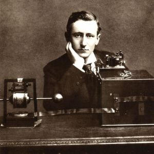 Guglielmo Marconi vor seiner Funkanlage