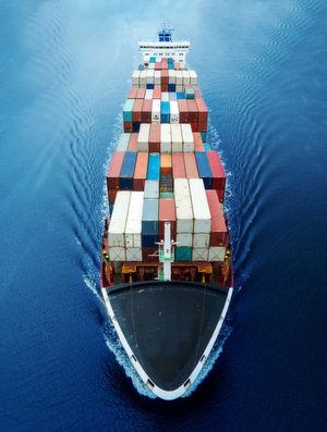Die Idee von IT-Containern, die IT-Bestandtelile kapseln, sie damit von der darunterleigenden Infrastruktur abstrahieren, insofern virtualisieren und damit universell verwendbar machen, ist nicht neu. Der Vergleich mit echten Conatinern, die per Schiff, LKW oder per Luftfracht überall hin transportierbar sind, kommt nicht von ungefähr.