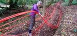 Eine freiwillige Helferin von B4RN sortiert Kabel. Vorwiegend ist es die Ältere Generation, die an der mangelnden Breitband-Struktur aktiv etwas verändern möchte.