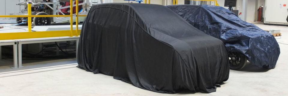 Noch abgedeckt: Das erste, mit Industrie 4.0 entwickelte Serienauto, das im Rahmen des AWK 2017 vorgestellt wird.