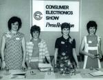 Seit nunmehr 50 Jahren gibt es die Consumer Electronics Show (CES). Fand sie anfangs einmal jährlich in New York statt, wurde sie in den 70er-Jahren zweimal pro Jahr, einmal in Las Vegas und einmal in Chicago, organisiert. Seit 1998 öffnet sie ihre Pforten einmal jährlich in Las Vegas. Während der ersten CES im Sommer 1967 stellten 117 Aussteller aus und schon damals gab es neben Transistorradios, Schwarz-Weiß-Fernseher und Stereoanlagen auch Standmädchen wie oben im Bild zu sehen. Die CES, gilt als Indikator dafür, welche Produkte und Technologien sich im Jahresverlauf zu Rennern entwickeln könnten. Das Smart Home mit seinen vernetzten Lampen, Steckdosen, Türschlössern und allen Arten von Hausgeräten eroberte sich schon in den vergangenen Jahren immer mehr Platz in den CES-Hallen. Ein schnell wachsender Markt sind außerdem WLAN-Routersysteme. Elektroautos wie in diesem Jahr von Ford und Fiat Chrysler rücken ebenfalls immer mehr in den Mittelpunkt. // FG