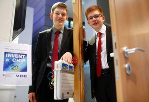 """Die Sieger von Invent a Chip 2016: Tobias Höpp und Johannes Kreutz vom Gymnasium Philippinum in Marburg entwickelten den """"KeySafe"""", einen Mikrochip, der verhindern soll, dass sich Menschen aus ihrer Wohnung aussperren."""