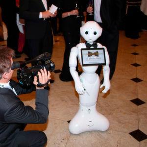 Kleiner Roboter auf rotem Teppich