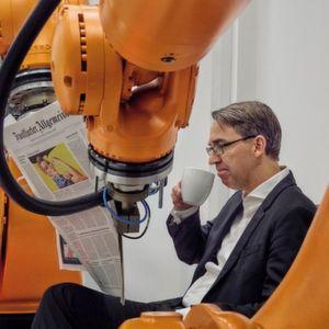Kuka-Roboter fotografiert CEO Till Reuter für F.A.Z.-Fotoserie