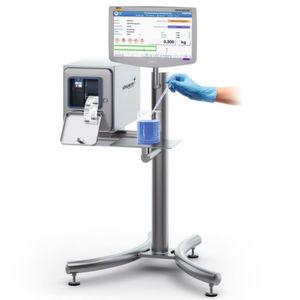 Prozessstation mit auf ein Minimum reduzierter Wiegeplattform und PC-integrierter Wägetechnik.