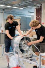 Studenten der TU Muenchen haben einen Prototyp für die SpaceX Competition WARR Hyperloop entwickelt. Im Bild (vlnr): Daniel Eiringhaus und Maximilian Springer