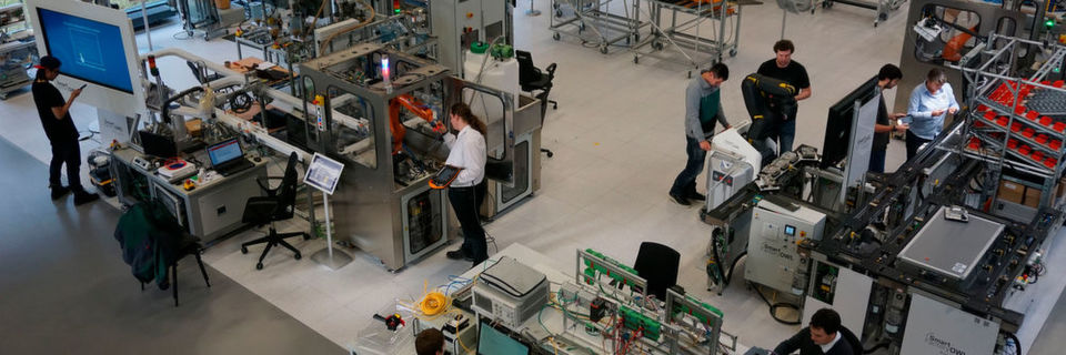 Hacker-Teams übernehmen Anfang März 2017 die Smart Factory OWL beim industriellen Hackathon in Ostwestfalen-Lippe – dem Factory Hack 2017.