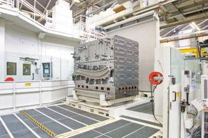 Auf diesen Spannkubus aus Stahl spannen Mitarbeiter von Premium Aerotec die zu bearbeitenden Teile. Bis zu 28 Tonnen wiegt der gesamte Aufbau, den der Peiseler-Drehtisch mühelos bewegt.