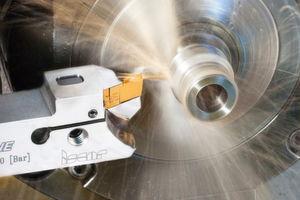 Das neue Stech- und Dreh-Werkzeug mit einzigartigem seitlichem Klemmsystem – speziell entwickelt für Langdrehmaschinen – bietet den Vorteil, dass die Wendeschneidplatte auf der Maschine gewechselt werden kann.