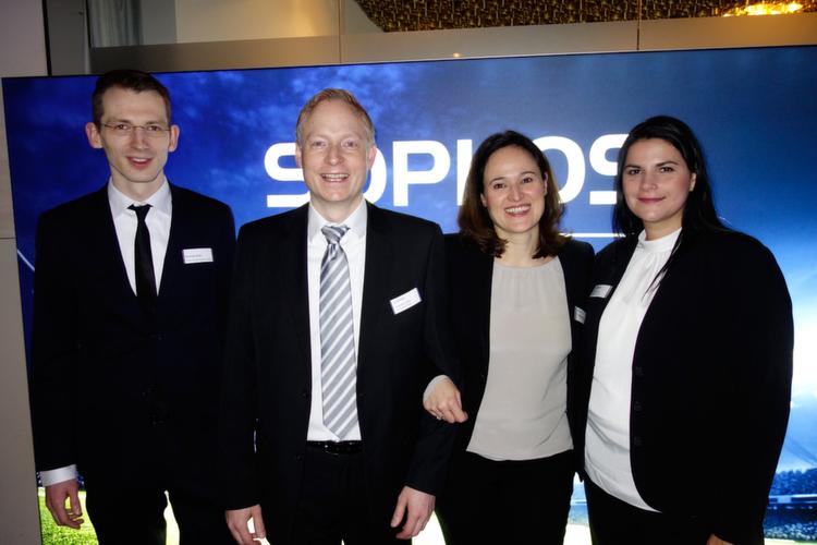 Mit juristischem Beistand begrüßt das Sophos Team die Gäste, (v. l.) Rechtsassessor Sebastian Müller mit Sebastian