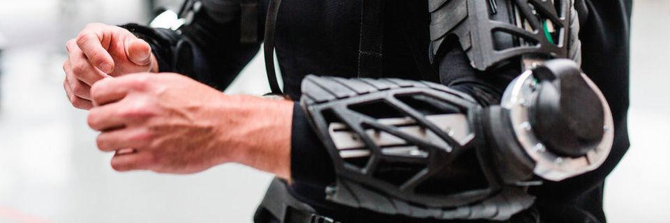 Das Exoskelett ist einer der Demonstratoren des Future Work Lab, der schweres Heben oder Überkopfarbeiten vereinfachen soll.