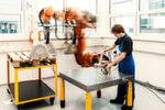 Kollaboration mit dem Großroboter: Wie können Mensch und Roboter auf engem Raum sicher zusammenarbeiten?