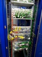 Infrastruktur-Rack mit Komponenten von Alcatel-Lucent Enterprise.