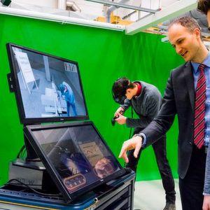 Studenten lernen technische Zusammenhänge in virtueller Umgebung