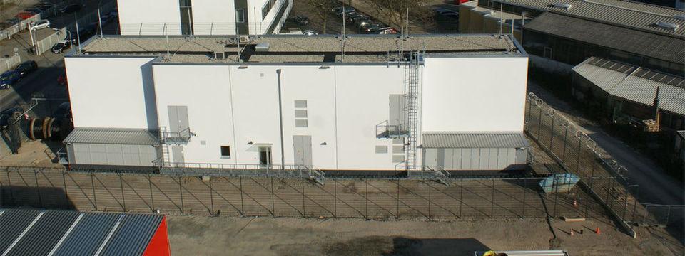 Um die Zuverlässigkeit der Stromversorgung noch zu erhöhen, errichtete Interxion in Frankfurt ein eigenes Umspannwerk. Den Betrieb des Werks übernimmt für den Rechenzentrumsbetreiber eine Tochterfirma des lokalen Energieversorgers Mainova.