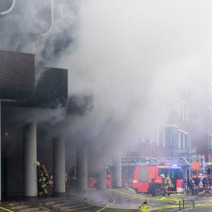 Feuer in einem Parkhaus in Hannover: Die Explosion eines E-Bike-Akkus in einem Fahrradgeschäft hat einen Großbrand ausgelöst. Verletzte gab es keine.