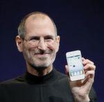 """Als Apple-Chef Steve Jobs am 9. Januar 2007 auf die Bühne der Macworld-Konferenz trat, rechneten die Besucher bereits mit der Premiere eines Smartphones von Apple. Doch zwischenzeitlich sorgte Jobs für Verwirrung: """"Heute stellen wir Ihnen drei revolutionäre Produkte vor: Das erste ist ein Breitbild-iPod mit Touchscreen. Das zweite ist ein umwälzendes Handy. Und das dritte ist ein neues Internet-Kommunikationsgerät, das einen echten Durchbruch bedeutet."""" Sollten hier tatsächlich drei neue Apple-Geräte angekündigt werden? Jobs wiederholte diese Aufzählung so oft, bis dem letzten Besucher im Moscone Center in San Francisco dämmerte, was er meinte: """"Das sind nicht drei separate Geräte, sondern nur ein einziges. Wir nennen es iPhone."""" Apple erfinde das Telefon neu, sagte Jobs. Wie sich herausstellte, erfand Apple viel mehr – nämlich einen Weg, wie man einen vollwertigen Computer bequem unterwegs nutzbar machen kann. In der zehnjährigen Geschichte wurden über eine Milliarde iPhones verkauft. // fg"""