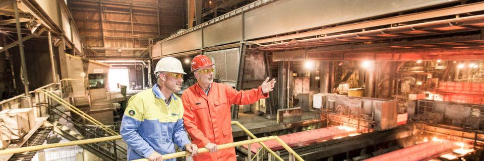 Kundenbesuch in der Fertigungshalle im Stahlwerk von Tata Steel in IJmuiden, Niederlande (links: Joris Essing Marketing Manager bei Tata Steel)
