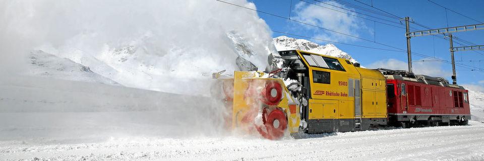 """Bis zu 8.500 t Schnee kann jede der beiden gut 10 m langen und 31 t schweren Schneefräsen vom Typ """"Xrot mt"""" pro Tag räumen."""