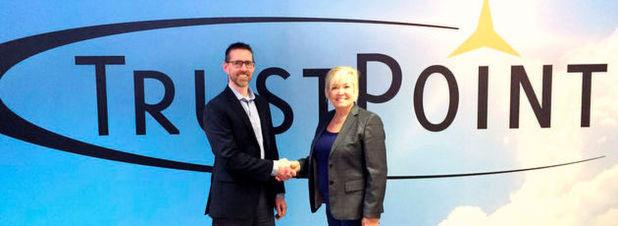Mit Handschlag besiegelt: Sherry Shannon-Vanstone (rechts), CEO von TrustPoint, und David McFarlane, Managing Director ETAS Kanada, nach der Vertragsunterzeichnung.