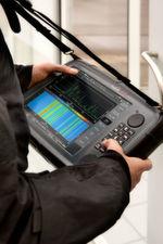 Dank des robusten Designs nach MIL-Standards sind schwierige Umweltbedingungen für den Frequenzanalysator kein Problem.