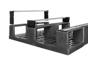 Mit drei Aluminiumprofilen unter den Kufen ist die Palette für Rollen- und Kettenförderer geeignet und besonders verschleißfest.