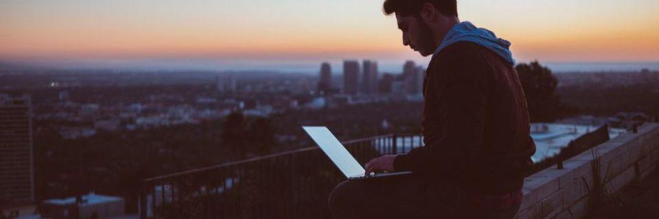 Wie weit wird die digitalisierte Arbeitswelt in den kommenden Jahren gehen? Eines ist klar: es heißt nicht mehr nur, die berufliche und private Zeiteinteilung zu optimieren oder am Strand mit dem Tablet auf dem Schoß die letzten E-Mails zu beantworten.