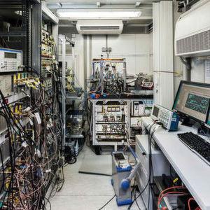 Ein Anhänger, gespickt mit Hightech-Physik: die transportable optische Uhr der PTB.