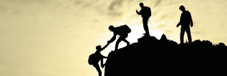 Nicht nur beim Bergsteigen und Klettern entscheidet das Vertrauen in die Weggefährten über den Erfolg der Unternehmung, auch in der Arbeitswelt gehört Vertrauen zu den Erfolgsfaktoren.
