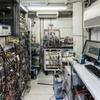 Optische Strontiumuhr in einem PKW-Anhänger