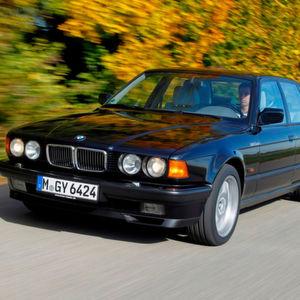 BMW gelang 1987 mit dem 750i mit 300-PS-Zwölfzylinder ein Volltreffer im Luxussegment.