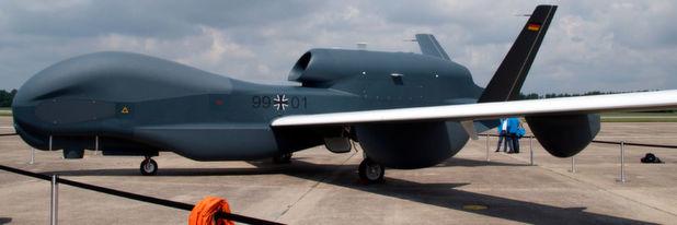 Drohnen werden häufig militärisch genutzt. Die Anschaffung der europäischen Version EuroHawk der amerikanischen RQ-4B Global Hawk seitens der Bundeswehr ist jedoch gescheitert. Im Bild EuroHawk nach der Landung am 21.07.2011 in Manching b ei Ingolstadt nach einem 20-Stunden-Flug über den Atlantik.