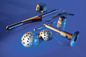 Für Medizintechnik-Teile sind die Anforderungen wesentlich höher als in der Industrie. Das gilt besonders für Teile, die dauerhaft im menschlichen Körper verbleiben wie beispielsweise orthopädische Implantate.