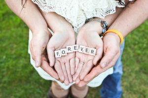 """Für immer zusammen sein – das funktioniert nur mit der """"großen Liebe""""! An die glauben übrigens 71 Prozent der Deutschen."""