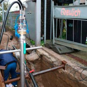 Mit dem Komplettsystem für Dichtheitsprüfung können Prüfungen von Gas- und Wasserleitungen einfach und normgerecht durchgeführt werden. Kontraktions-Druckprüfung: Messaufbau mit Prüfstandrohr und Prüfkörper L