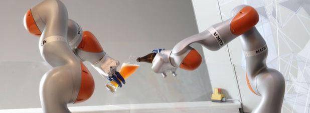 Die zwei Kuka-Roboter scheinen den Unternehmenserfolg mit Weißbier zu begießen.