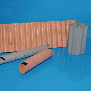 Leicht, flexibel, fest: Das sind die Eigenschaften des neuen Materials auf Basis eines metallisch gefüllten Sinterpapiers, das das Fraunhofer-IFAM gemeinsam mit der Papiertechnischen Stiftung entwickelt hat. (hier im Bild: papiertechnologisch verarbeitete Sinterpapiere aus Kupfer und Edelstahl).