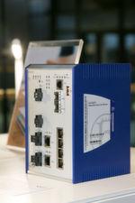 Hirschmann Industrie-Router zur Übertragung autorisierter Datenpakete – etwa in der vernetzen Produktion.