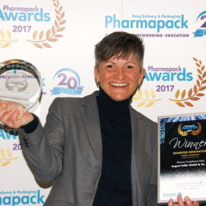 Tanja Feldmüller, Marketingleiterin der August Faller Gruppe bei der Verleihung des diesjährigen Pharmapack Europe Awards in Paris für den prämierten Pharma Compliance Pack.
