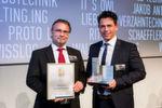 """Gewinner in der Kategorie """"Betriebstechnik"""": SERAPID Deutschland GmbH – Hubkette LinkLift. Roman Wildenauer (links) und Klaus Würkner nehmen den Preis entgegen."""